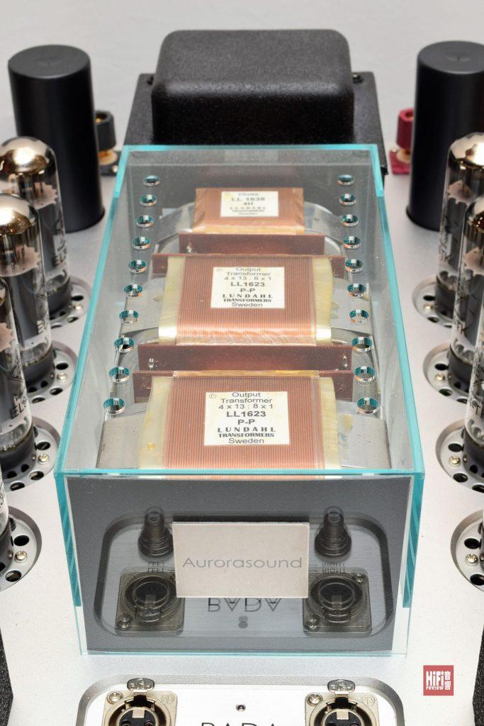 今次試聽的一部Aurorasound PADA真空管後級,每聲道採用4支EL34(6CA7),輸出43W X 2。這後級還可插入KT150(每聲道2支),直代EL34,功率輸出基本相若,聲音個性和力水表現又如何?這個容後再說。我一向對細輸出(三四十瓦)的膽後級情有獨鍾,只要線路設計得好,音色會特別靚,特別吸引,Aurorasound推出的這款PADA,就是一個最佳例子。 Aurorasound這間日本音響廠家,認識它是從VIDA唱頭放大器開始,細小的木殼,外觀雅緻,聲音表現更是出色過人,我給予至高評價。至